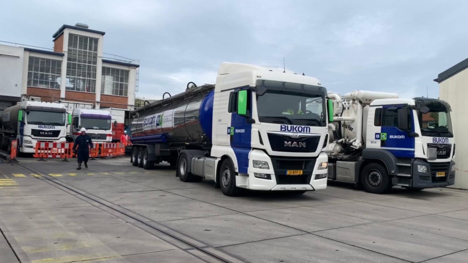 Bukom vrachtwagen en vacuümwagen op klus
