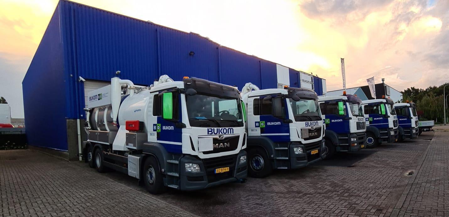 Bukom vrachtwagens op een rij